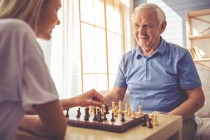 zwei Menschen beim Schach spielen