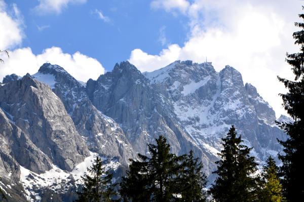 Blick auf die Zugspitze mit 2962 m hoechster Berg Deutschlands