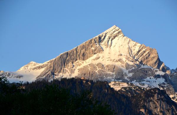 Der Blick am naechsten Morgen von unserem Balkon zur 2628m hohen Alpspitze ist wieder vielversprechend