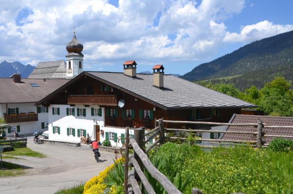 Das Kirchdorf Wamberg auf gut 1000 Hoehenmetern