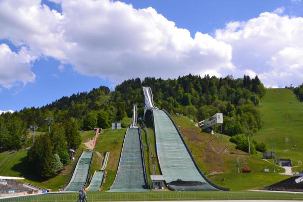Ein Blick aus der Naehe zur Grossen Olympiaschanze