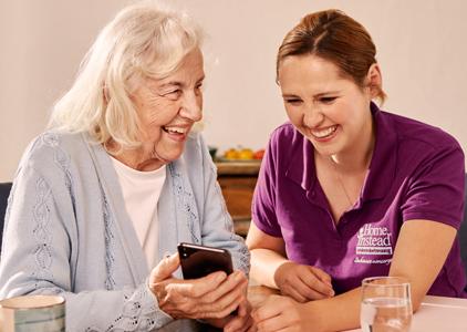 Zwei Frauen mit Handy