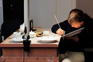 Schauwerkstatt-Die Dekore werden wie vor 300 Jahren von Hand appliziert