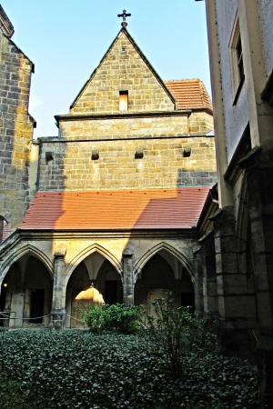 Dom Innenhof-Kreuzgang
