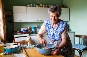 Seniorin beim Arbeiten in der Küche