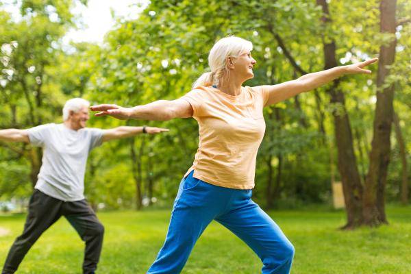 Älteres Paar macht Gymnastik im Park