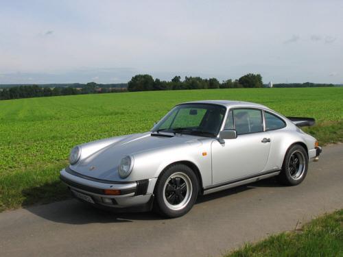 Silberfarbener Porsche 911 Carrera