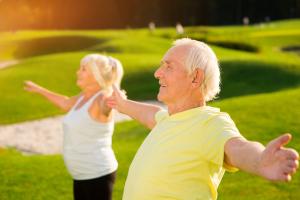 Senioren draußen beim Sport