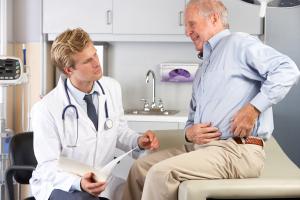 Mann mit Hüftschmerzen beim Arzt