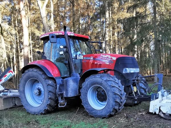 Traktor bei der jährlichen Holzversteigerung in Rdg.-Ddh.