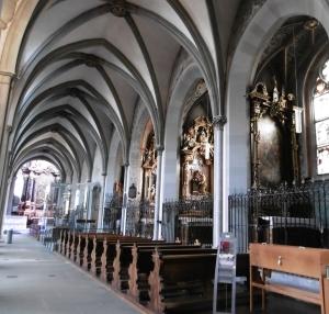 jeweils 8 Kapellen in den Seitenschiffen li + re