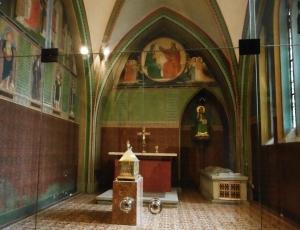 Links vom Altar geht´s zur Krypta, hier Konradskapelle (leerer Schrein)