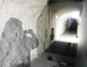 Dahinter der Geheimgang, in den 1970er wieder entdeckt, führt zum Frauenkloster