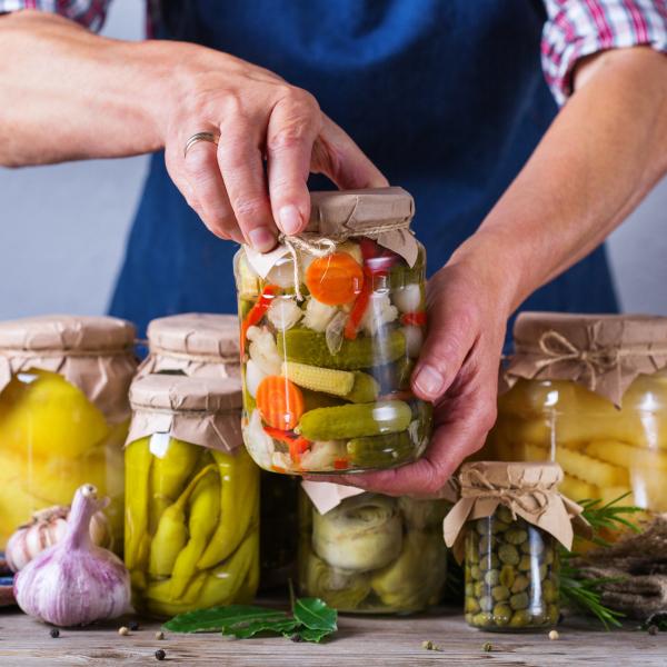 Fermentiertes Gemüse in Einmachgläsern