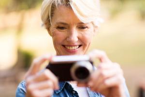 Frau schaut auf ihre Kamera