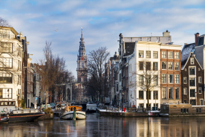 Kanal mit Boot in Amsterdam