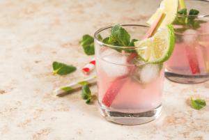 Rhabarbergetränk in einem Glas
