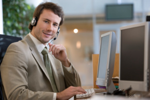 Mann im Callcenter - photos.com