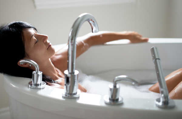 Ältere Frau nimmt Wellness-Bad zuhause