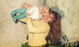 Junge Frau scherzt  mit ihrem Baby