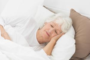 Frau ruhig schlafend im Bett