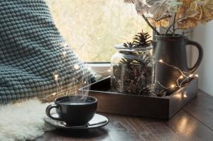 Herbstdeko und Teetasse in einer gemütlichen Wohnung