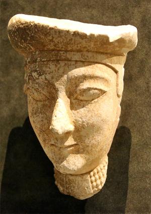 Kopf einer Göttin (Aphrodite?) Zypern, 6. Jh. v. Chr. Kalkstein