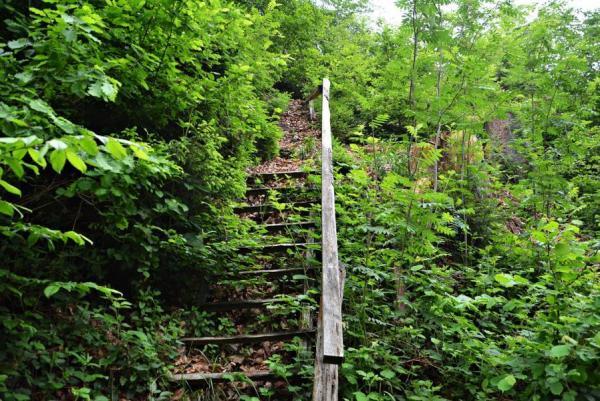 einer maroden Treppe vorbei.