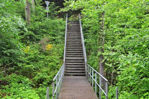 Letzte Schikane: die Treppe auf den Hauptweg.