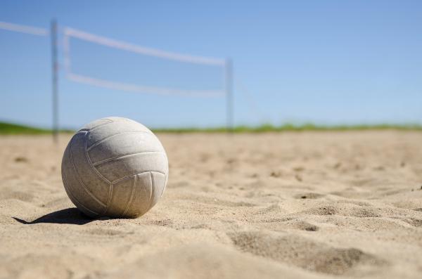 Beachvolleyball im Sand