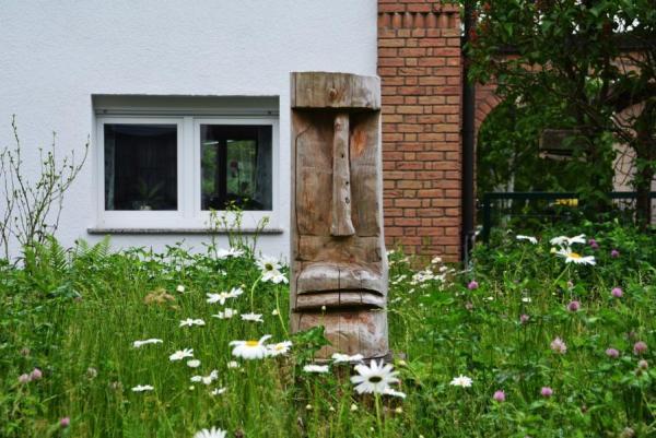 Holzkunst in einem Vorgarten