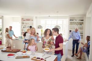 Belebte Küche in einem Mehrgenerationenhaus