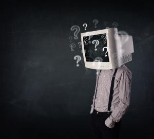 Mann mit Computer auf dem Kopf