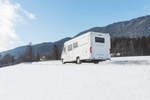 Wohnmobil in einer Schneelandschaft
