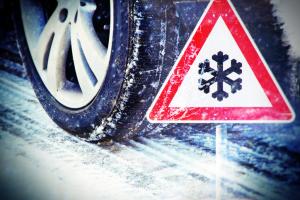 Reifen und Warnschild auf Eis