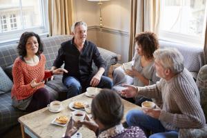 Gruppe an Menschen am Tisch