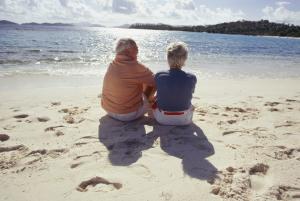 Paar sitzend am Strand