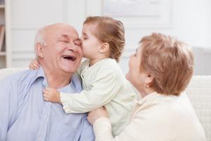 Großeltern und Enkel lachen