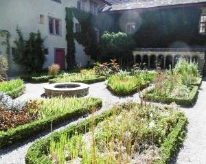 Daneben das Kräutergärtlein, Rekonstruktion, wie es früher Mönche bauten