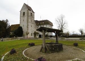 Alte Kirche, 779 erstmals erwähnt dahinter das ehemalige Schloss, jetzt Hotel mit Restaurant