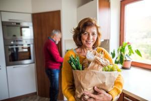 Frau mit Einkaufstüte voll Gemüse