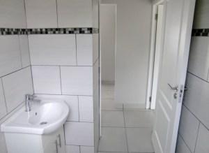 Es gibt 3 Badezimmer, das ist das kleine Gaestebad mit Dusche, Klo und Waschbecken