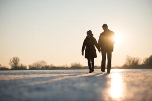 Paar draußen im Sonnenschein