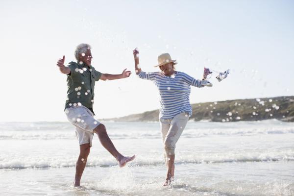 Glückliches Seniorenpaar am Meer