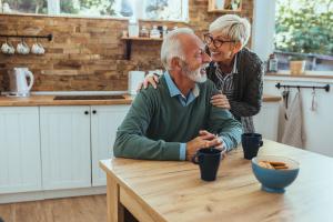 Glückliches Seniorenpaar daheim