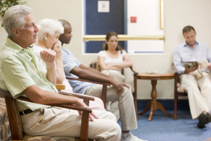 Menschen in einem Wartezimmer