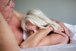 Aelteres Paar im Bett
