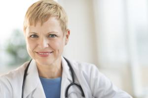Ärztin mit Kittel und Stetoskop