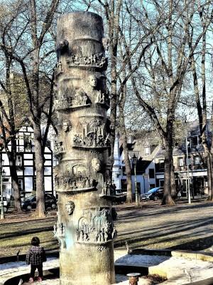 Der Geschichtsbrunnen am Alten Markt in Düsseldorf Gerresheim