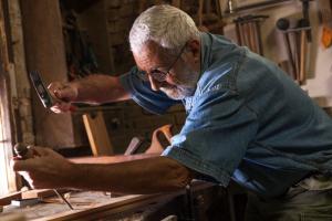 älterer Mann beim Arbeiten
